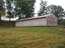 有罐子屋顶的木谷仓 免版税库存图片