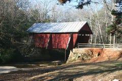 有罐子屋顶的红色被遮盖的桥 免版税图库摄影