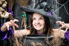有罐的一个邪恶的年轻巫婆,他烹调 免版税库存照片