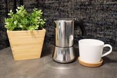 有罐的咖啡杯在表上 图库摄影