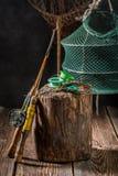 有网、标尺和浮游物的老钓鱼者设备 库存图片