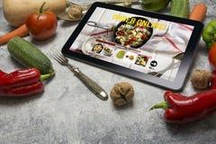 有网上食物交付的app片剂在屏幕上 生活方式concep 库存图片