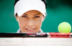 有网球拍和球的运动的妇女 免版税库存图片