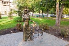 有网球拍的夫人 在翼果,俄罗斯的纪念碑 免版税图库摄影