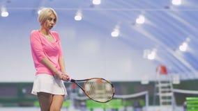 有网球拍的害羞的妇女 股票视频