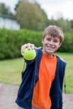 有网球的男孩 免版税库存照片