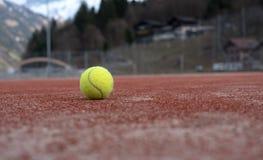 有网球的网球场 免版税库存照片