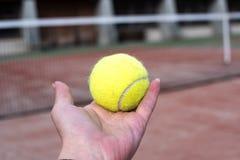 有网球的网球场 免版税库存图片