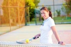 有网球racke的女孩 免版税库存图片