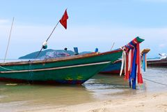 有网的木泰国传统渔船在海滩站立 图库摄影