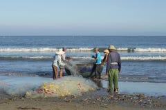 有网的渔夫在南海的岸 岘港市,越南 库存图片