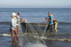 有网的渔夫在岸 Danag,越南 库存图片