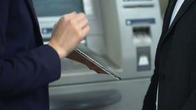 有网路银行应用的在片剂,票据付款辅助帮助的客户 股票录像