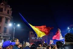 有罗马尼亚旗子的罗马尼亚人在Piata Universitatii 免版税库存图片