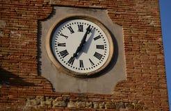 有罗马数字的历史的塔时钟 库存照片