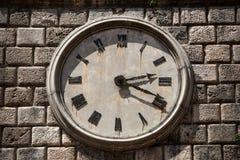 有罗马数字的塔时钟 免版税库存图片