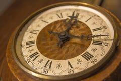 有罗马数字的老壁钟 库存照片