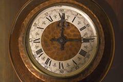 有罗马数字的老壁钟 库存图片