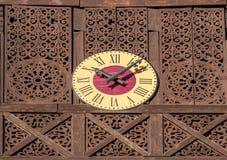 有罗马数字的装饰室外时钟 免版税库存照片