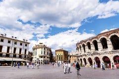 有罗马斗兽场的中心广场在维罗纳,意大利在一多云天 库存照片