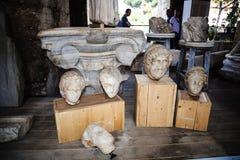 有罗马雕塑的片段的博物馆在Colisseum的在罗马意大利 免版税库存照片