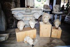 有罗马雕塑的片段的博物馆在Colisseum的在罗马意大利 库存照片