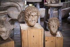 有罗马雕塑的片段的博物馆在Colisseum的在罗马意大利 免版税库存图片