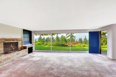 有罢工地下室俯视的bea的宽敞空的客厅 库存照片