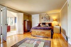 有罢工明亮的室的舒适的卧室 库存图片
