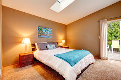 有罢工甲板和刷新的白色卧具的舒适卧室 库存照片