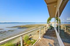 有罢工甲板和私有海滩的豪华房子 皮吉特湾vi 免版税库存图片
