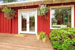 有罢工甲板的明亮的红色房子 免版税图库摄影