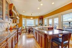 有罢工甲板的美好的明亮的厨房室 免版税库存图片