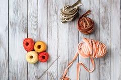 有羊毛和钩编编织物的勾子的手工制造钩针编织的罐 顶视图 免版税库存照片
