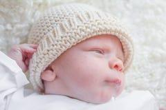 有羊毛帽子的新出生的婴孩 免版税库存照片
