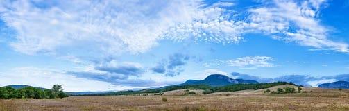 有羊毛状的云彩的美好的风景全景 库存照片