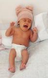 有羊毛盖帽哭泣的美丽的婴孩 库存图片