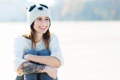 有羊毛盖帽的十几岁的女孩 库存照片