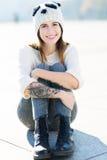 有羊毛盖帽的十几岁的女孩 图库摄影