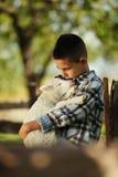 有羊羔的小男孩 免版税库存照片
