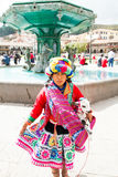 有羊羔的秘鲁女孩 免版税图库摄影