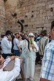 有羊角号的年长宗教犹太人 免版税库存照片
