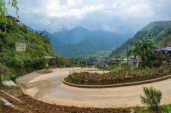 有美丽如画的谷和猫猫村庄的乡下路 图库摄影