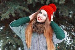 有美丽微笑和的快乐的年轻俏丽的女孩被编织 免版税库存照片