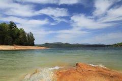 有美丽的云彩的Mountain湖 免版税库存图片