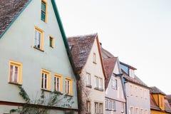 有美丽的五颜六色的房子的街道连续Rothenburg ob der的陶伯在德国 欧洲城市 免版税库存图片