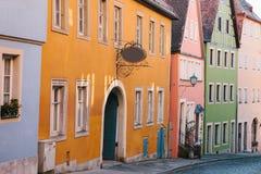 有美丽的五颜六色的房子的街道连续Rothenburg ob der的陶伯在德国 欧洲城市 库存照片