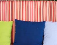 有美丽的五颜六色的枕头的沙发 免版税库存照片