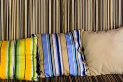 有美丽的五颜六色的枕头的沙发 免版税库存图片