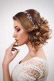 有美丽的可爱的年轻新娘妇女组成和发型 免版税库存图片